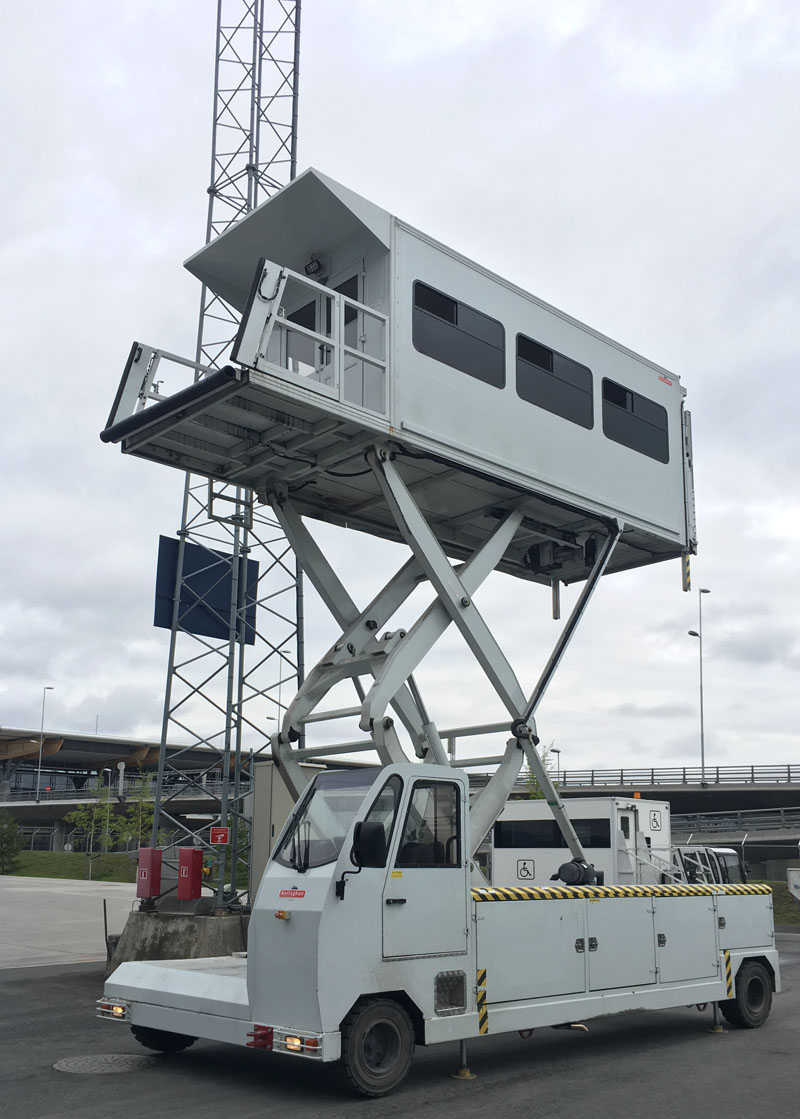 Ambulift Mallaghan ML6100D lifted (GSE-ID:00715)